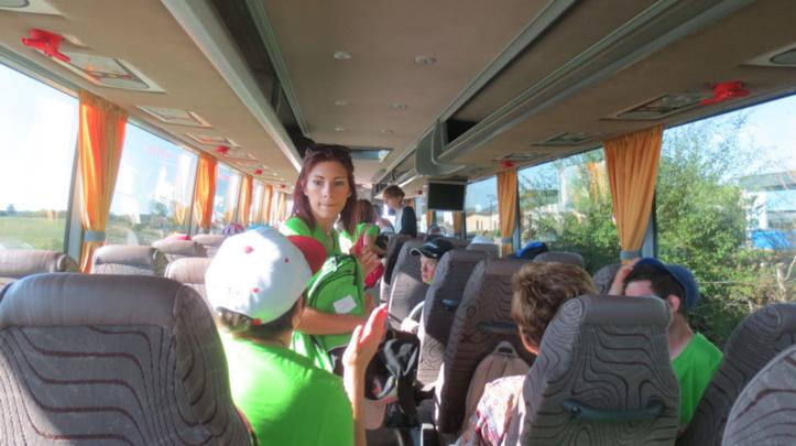 23 résidents et onze accompagnateurs professionnels et bénévoles s'en vont vers Fraispertuis.