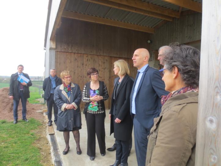 La Secrétaire d'Etat sous l'auvent de la petite ferme, avec les élus , la directrice du foyer et la présidente de l'association Equipage.