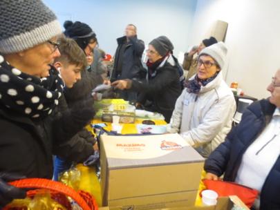 La présidente d'Equipage au milieu des bénévoles retirés à l'abri de la tempête.