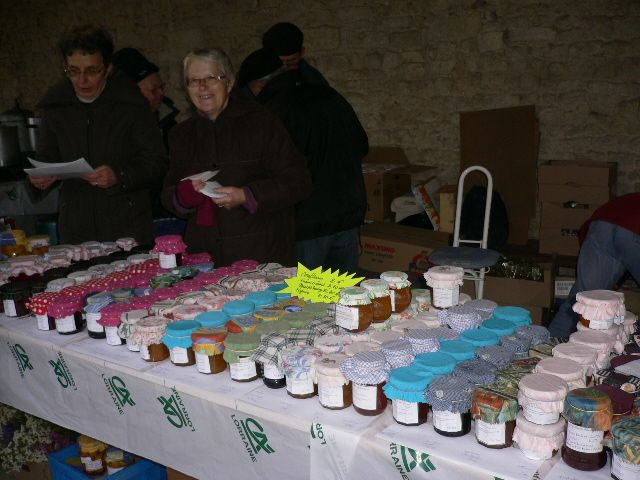 Les bénévoles de l'Association offrent ce qu'elles ont de meilleur sur ce marché de Noël de la solidarité.