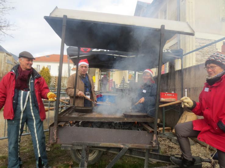 Les marrons chauds cuits sur place avec des poêles par les bénévoles.