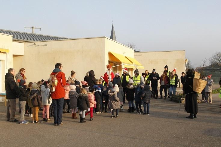Les résidents du FAS en accompagnateurs de St NIcolas et les enfants de la Maternelle de Diarville ....