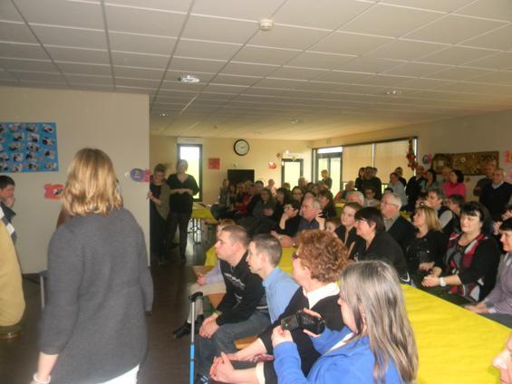 prés d'une centaine de personnes ont assisté au spectacle offert par les résidents