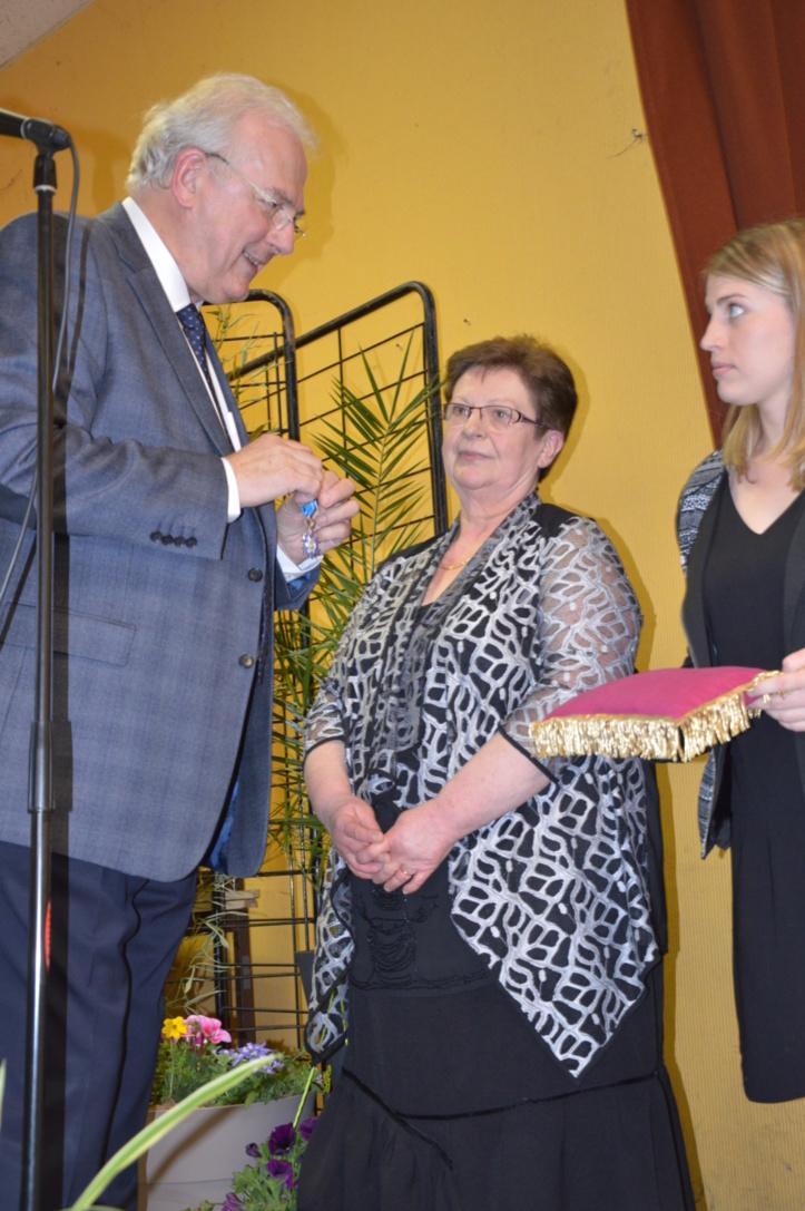 Jacques Royer remet à Françoise Vogien les insignes de Chevalier de l'Ordre National du Mérite.