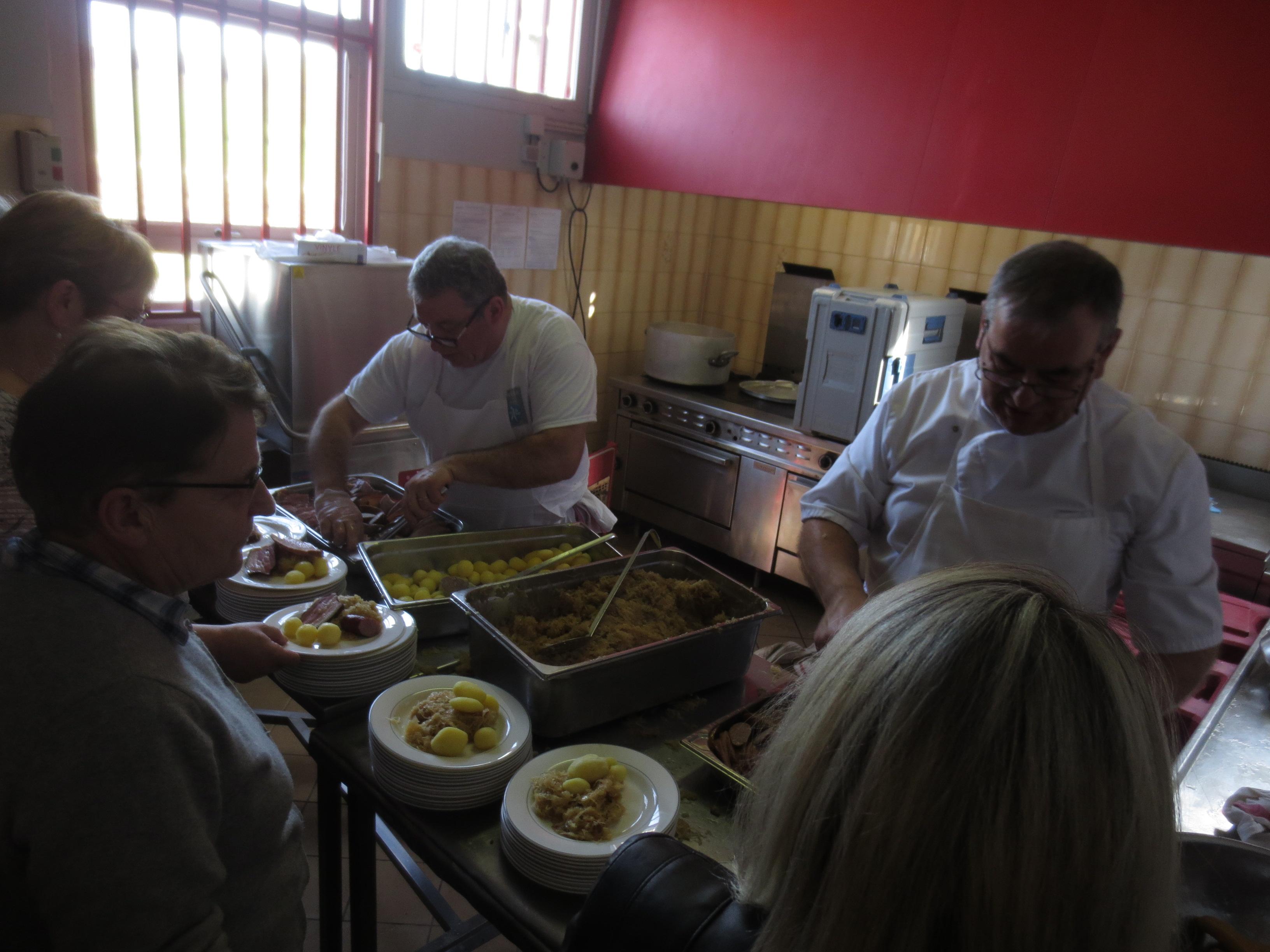 Une équipe rôdée en cuisine, secondée par les bénévoles au service.