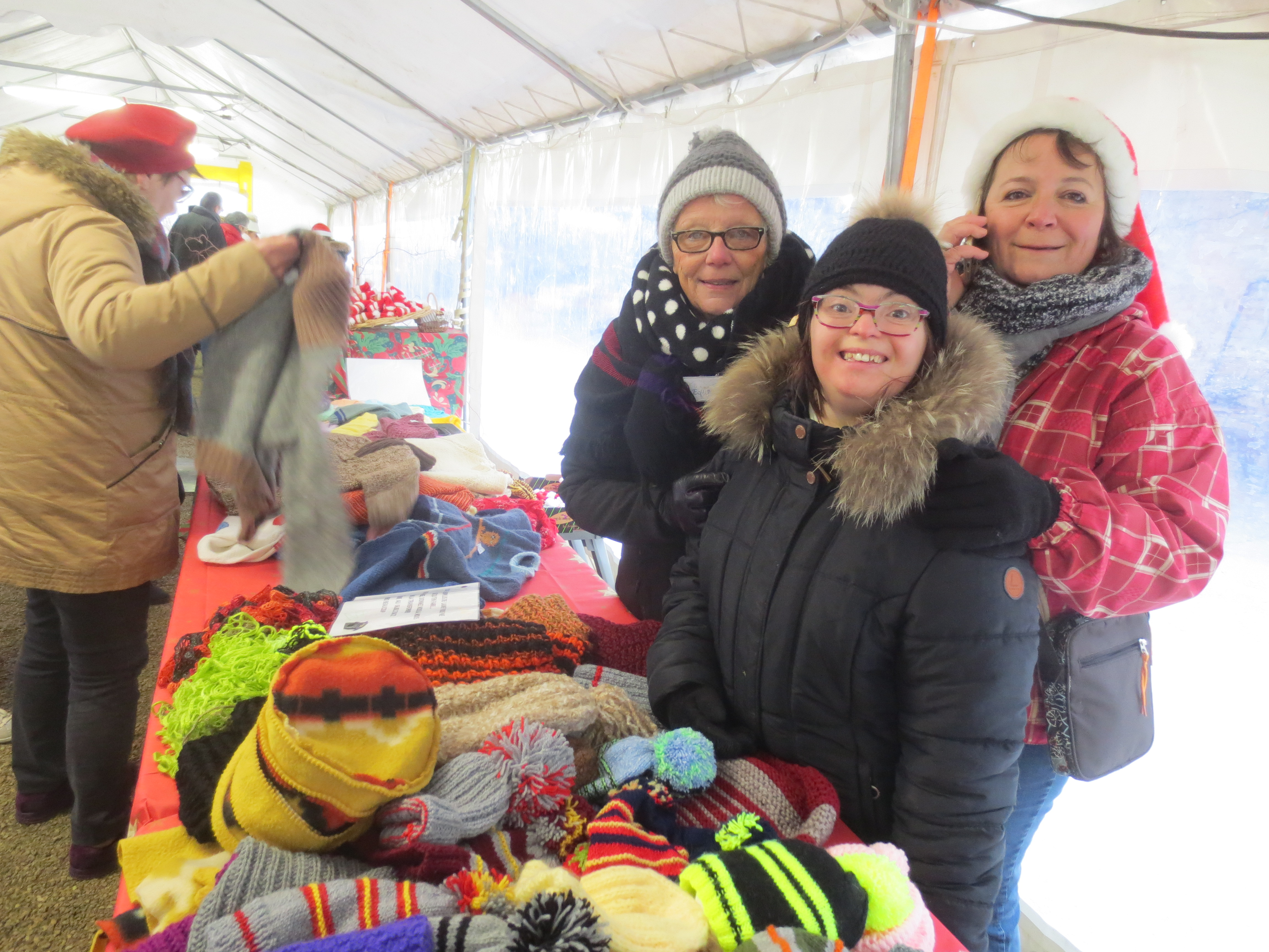 Le samedi, bénévoles et  résidents se cotoyaient pour offrir aux visiteurs autant de belles et bonnes choses
