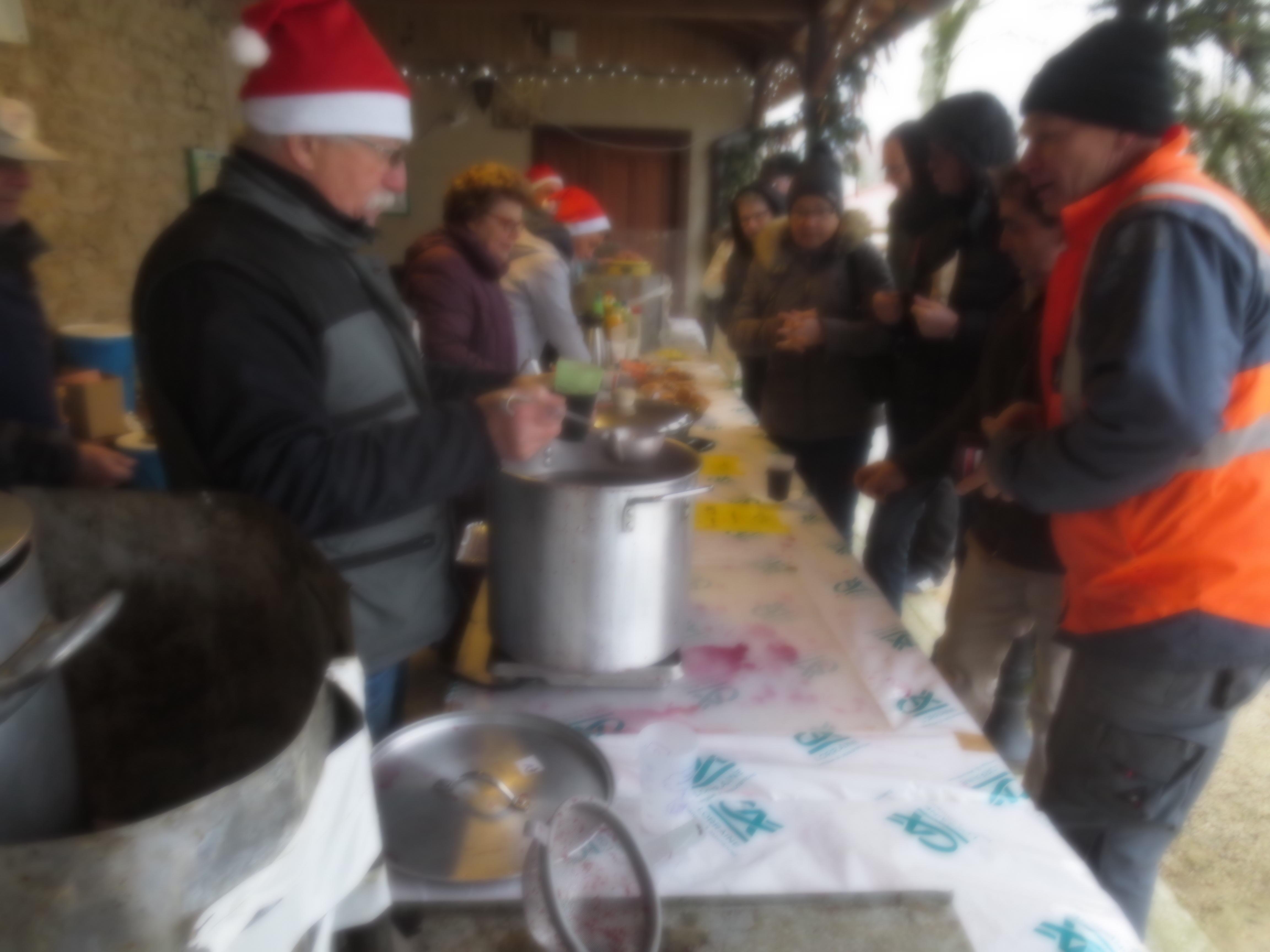 Pas de vrai marché de Noël sans l'excellent vin chaud de l'équipe du préau.