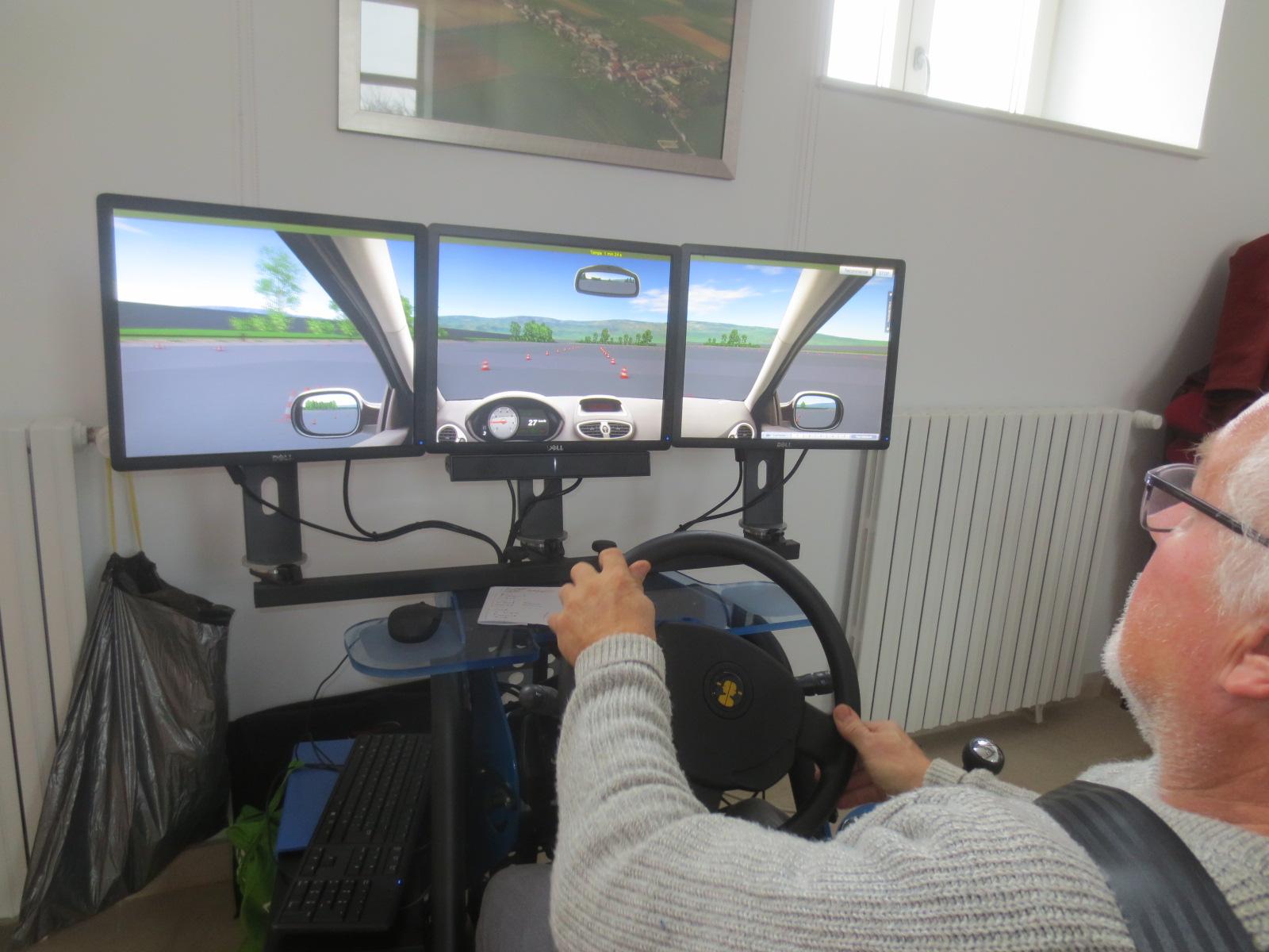 Au simulateur de conduite.