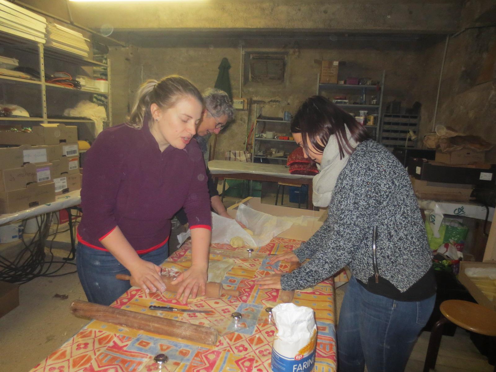 Dans la cave de la Maison  Notre Dame, Caroline et Lucie, nos jeunes administratrices, étaient chargées de façonner les gaufres à cuire à l'ancienne.