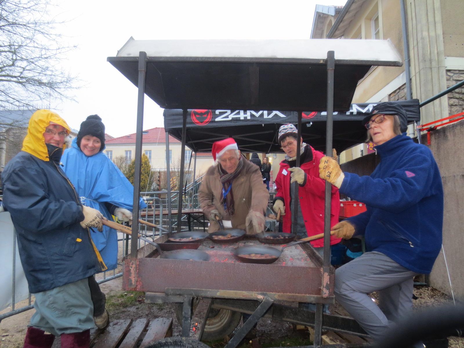 Aux marrons, l'équipe du dimanche a dû affronter le vent et la pluie , ... dans la bonne humeur!.