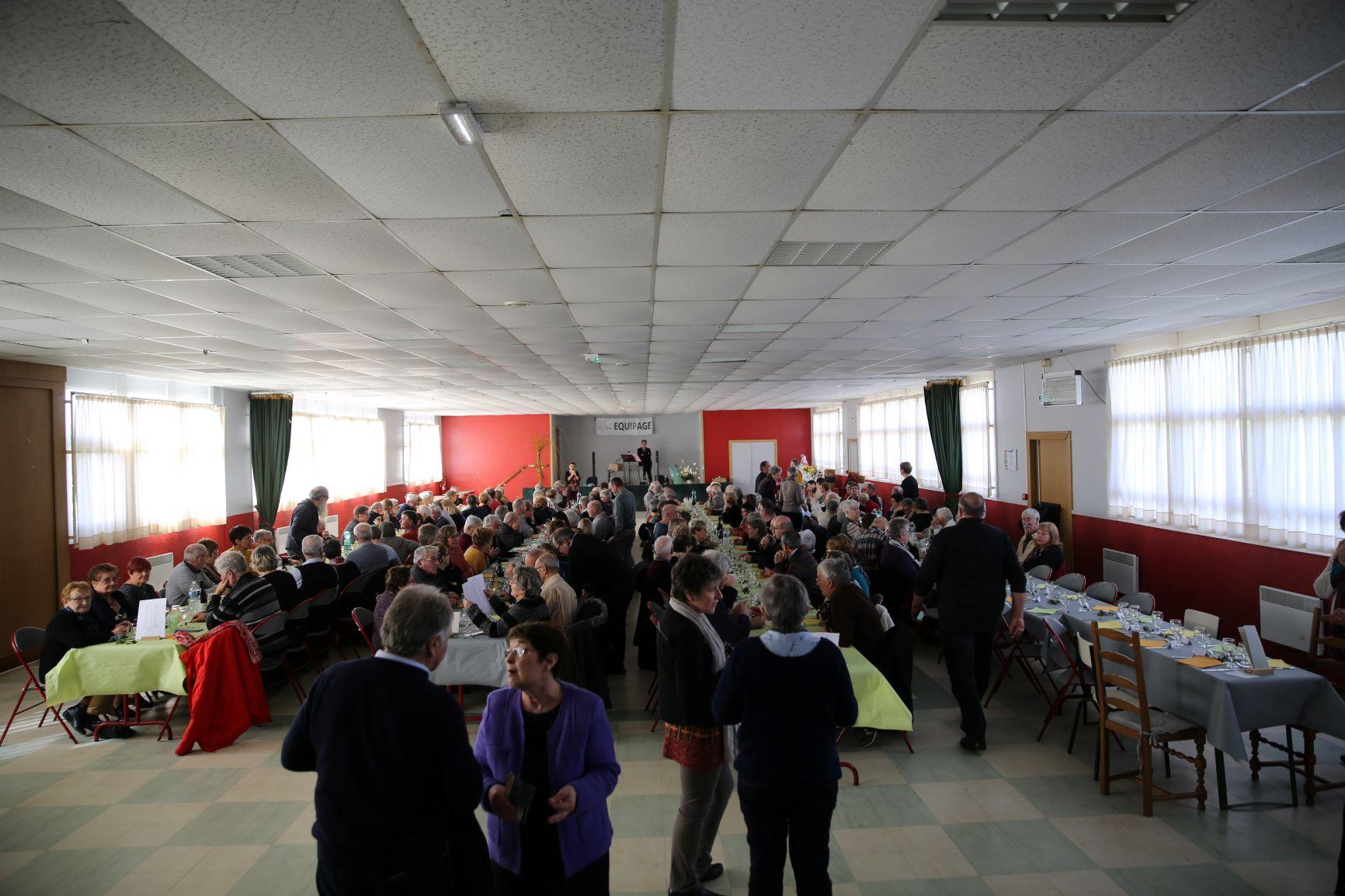 Impressionnante la salle de Bralleville au moment où les convives ont regagné leurs tables.